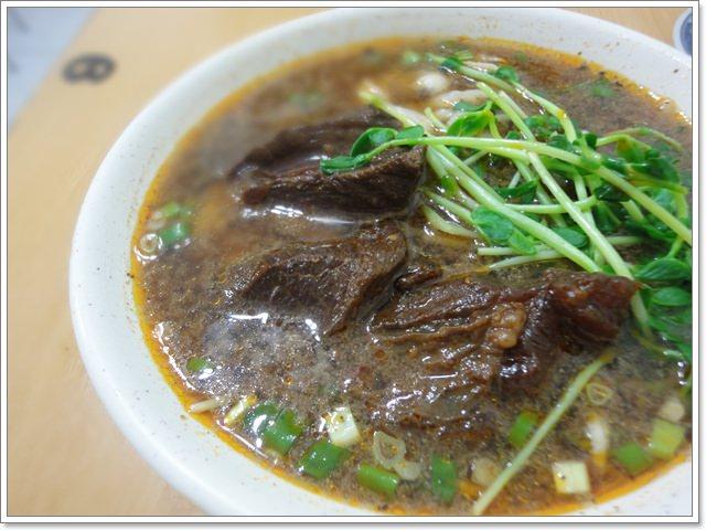 台北三芝 施家麵館~夠味的酸白菜牛肉麵