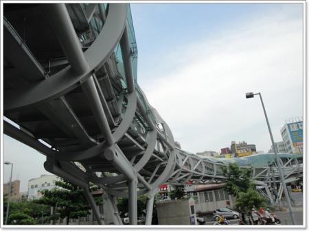 台北板橋 府中景觀陸橋 板橋遊龍~天橋也能變成觀光景點